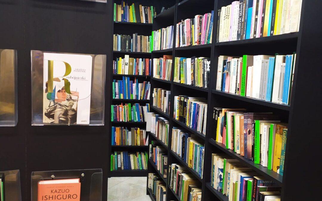 Przekaż książkę bibliotece